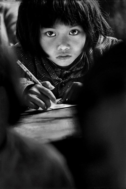 1991年,安徽省金寨縣三合鄉中心小學的蘇明娟,每天長途跋涉往返山路刻苦求學。(圖片由作者提供)