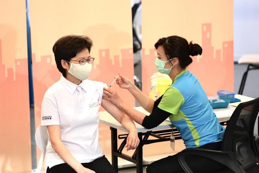 林鄭聯同司局長率先接種疫苗 冀發揮示範作用